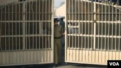 一名印度警察在关闭监狱大门(资料照)
