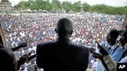 10月16号前利比里亚司法部长温斯顿.杜伯曼向支持者讲话