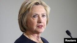 Boshqa davlatlarga safarlari paytida Klinton shaxsiy komputerlardan, shaxsiy pochtadan keng foydalangan, ishga doir yozishmalar olib borgan.