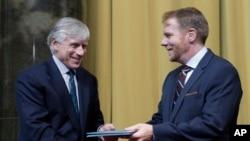 Philip Kennicott, dari harian Washington Post (kanan) menerima penghargaan Pulitzer tahun lalu (foto: dok).