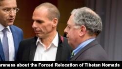 Le ministre grec des Finances, Yanis Varoufakis (au c.) doit régler le problème de liquidités d'Athènes
