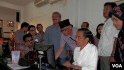 Capres Joko Widodo memeriksa pusat rekapitulasi suara Jokowi-JK untuk Jawa Timur, di kantor DPD PDI Perjuangan Jawa Timur, Senin, 14 Juli 2014 (Foto: VOA/Petrus Riski).