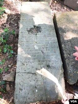 Theo anh Nghĩa, người trông coi khu Bảo tồn Gò Tháp, thì đây là một trong những tảng đá từ cổng vào Đền Thần Shiva có gốc gác từ nền văn hoá Phù Nam từ hơn 1500 năm, bị ngã đổ và trôi dạt sau một trận đại hồng thuỷ vào Thế kỷ thứ VII. Các bài thơ và bàn cờ tướng khắc trên đá chỉ mới có từ thế kỷ XX về sau này. (Photo by Ngô Thế Vinh)