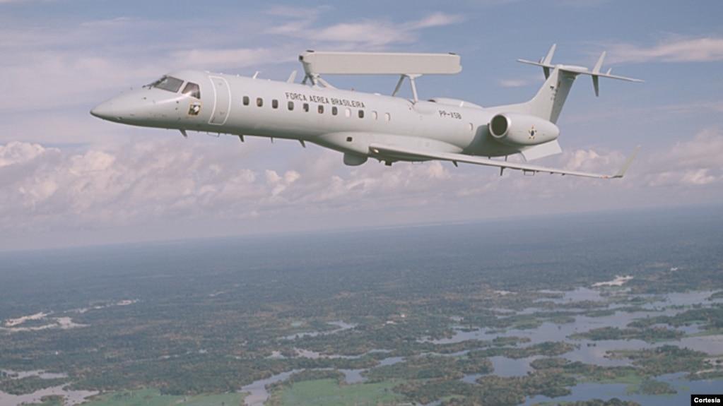 Un avión E-99 de la fuerza aérea brasileña patrulla la región amazónica (foto: Embraer).