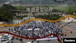 ພວກປະທ້ວງຊຶ່ງປະກອບມີທັງນາຍຈ້າງແລະພະນັກງານເກົາຫລີໃຕ້ ທີ່ເຮັດວຽກຢູ່ໃນໂຮງງານຕ່າງໆ ໃນເຂດອຸດສະຫະກໍາ Kaesong (KIC) ຮ້ອງຄໍາຂວັນໃນລະຫວ່າງທີ່ ໂຮມຊຸມນຸມກັນ ທີ່ທາງນອກຕຶກ Imjingak ຢູ່ໃກ້ບ້ານ Paju, ທີ່ຕັ້ງຢູ່ເໜືອເຂດປອດທະຫານ ທີ່ແບ່ງຊາຍແດນຂອງສອງ ປະເທດ ເກົາຫລີອອກຈາກກັນ ໃນວັນທີ 7 ສິງຫາ 20013.
