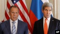 Menlu AS John Kerry dan Menlu Rusia Sergey Lavrov, dalam pertemuan di Paris, 5 Juni 2014 (Foto: dok).