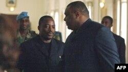 Le président Joseph Kabila (à gauche) et Jean-Pierre Bemba se serrent la main après s'être entretenus au bureau présidentiel, le 07 novembre 2006,
