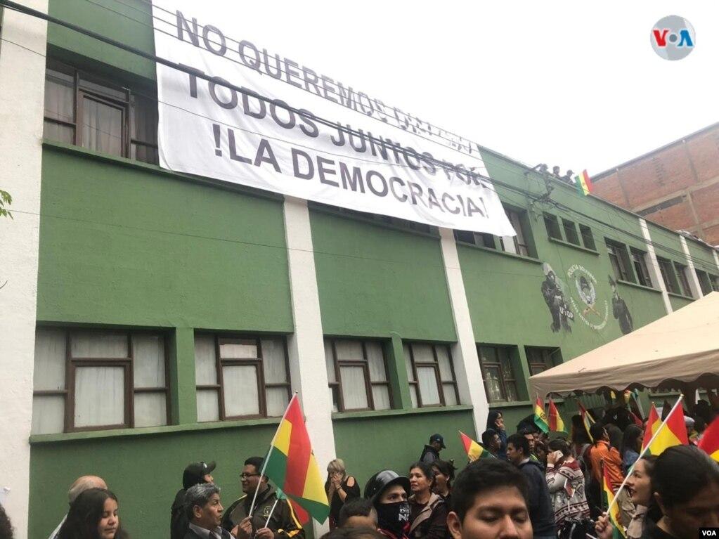 La unidad policial que inició el motín en Cochabamba, la Unidad Táctica de Operaciones (UTOP), anunció que mantendrá vigilia tras la renuncia de Evo Morales a la presidencia. Fabiola Chambi - VOA.