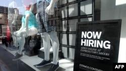 美国旧金山市的一个服装店的窗子上挂起了招人广告牌。