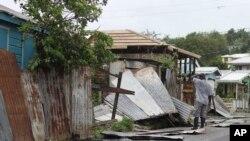 شخصی در جزیرۀ بربودا نظاره گر ویرانی های ناشی از توفان است.