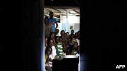 Dân chúng ngồi trước truyền hinh chờ nghe bài diễn văn của nhà lãnh đạo Alassane Ouattara