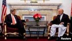 Davlat kotibi Jon Kerri kutilmaganda Afg'onistonga safar qilib, prezident Hamid Karzay bilan uchrashdi.