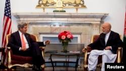 Ngoại trưởng Hoa Kỳ John Kerry (trái) và Tổng thống Afghanistan Hamid Karzai nói hai bên đã tiến gần đến một thỏa thuận về an ninh song phương, nhưng vẫn còn những khác biệt về vấn đề đặc miễn tài phán của binh sĩ Mỹ (12/10/2013).