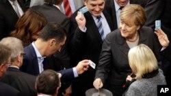 La chancelière allemande Angela Merkel au parlement fédéral à Berlin, Allemagne, 4 décembre 2015. (AP Photo/Michael Sohn)