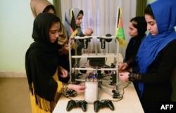 Remaja dari Afghanistan Robotic House, lembaga pelatihan swasta, mengerjakan robot di pusat Better Idea Organization di Herat, 2 Juli 2017.