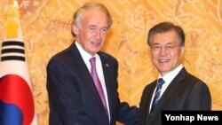 미 의회 초당파 상하원 의원단을 이끌고 한국을 방문한 상원 외교위원회 동아태소위 에드워드 마키 의원(왼쪽)이 21일 청와대에서 문재인 한국 대통령과 만나 악수하고 있다.