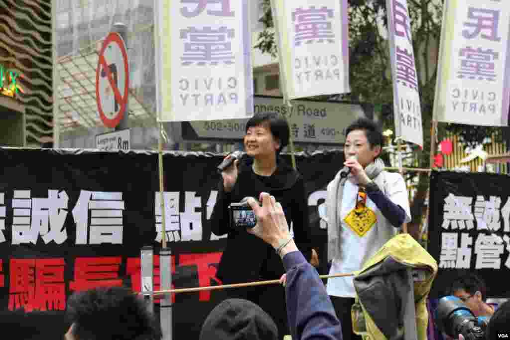 公民黨主席余若薇(黑衣)在街站前