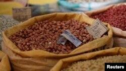 중국 베이징의 한 시장에서 상인이 진열해 놓은 땅콩.
