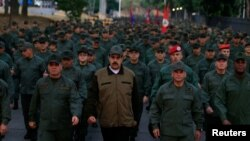 Presiden Venezuela Nicolas Maduro bersama Menhan Vladimir Padrino Lopez dan Penglima Komando Strategis Remigio Ceballos, dalam peresmian pangkalan militer di Caracas, Venezuela, Kamis (2/5).