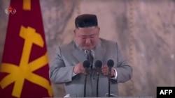 Lãnh tụ Triều Tiên Kim Jong Un đọc diễn văn trước cuộc diễu hành quân sự đánh dấu kỷ niệm 75 năm ngày thành lập Đảng Công nhân Triều Tiên. Ảnh chụp lại từ truyền hình KCTV ngày 10/10/2020. (Photo by STR / KCTV / AFP)