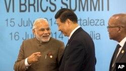 នាយករដ្ឋមន្រ្តីឥណ្ឌា Narendra Modi (រូបឆ្វេង) និយាយជាមួយប្រធានាធិបតីចិន Xi Jinping នៅពេលចូលកិច្ចប្រជុំកំពូល BRICS នៅក្នុងក្រុង Fortaleza ប្រទេសប្រេស៊ីល កាលពីថ្ងៃទី១៥ ខែកក្កដា ឆ្នាំ២០១៤។