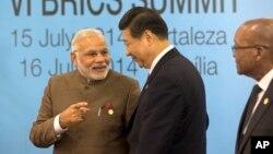 15일 제6차 브릭스(BRICS) 정상회의 참석차 브라질을 방문한 나렌드라 모디 인도 총리(왼쪽)와 중국 시진핑 국가주석이 인사를 나누고 있다.
