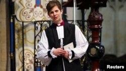 Uskup Libby Lane dalam upacara penahbisan di gereja York Minster, Inggris utara, Senin (26/1).
