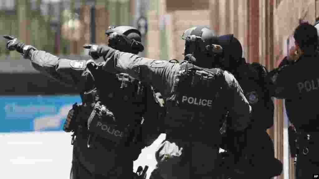 Policías fuertemente armados vigilan el lugar de la toma de rehenes.