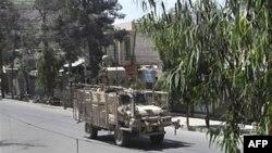 Một chiếc xe quân sự của NATO chạy qua con đường trống ở tỉnh Kandahar, phía nam thủ đô Kabul, Afghanistan, ngày 7/5/2011