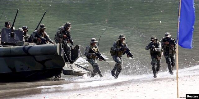 Binh sĩ thủy quân lục chiến Philippines trong cuộc tập trận tấn công đổ bộ trên bãi biển với thủy quân lục chiến Mỹ.