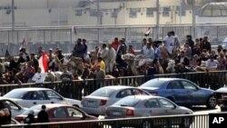 A wan nan hoto ana iya ganin mahaya kan rakuma da dawaki da ake zargin magoya bayan shugaba Mubarak ne suka kai hari dandalin Tahrir.