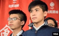 學聯前副秘書長岑敖暉(右)及香港眾志秘書長黃之鋒。(美國之音湯惠芸)