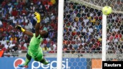 Senzo Meyiwa dalam pertandingan di Stadion Orlando di Soweto, 2013. (Reuters/Siphiwe Sibeko)