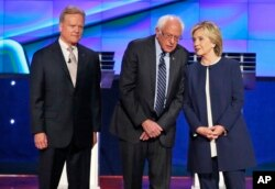 Jim Veb (chapdan) demokrat raqiblari Berni Sanders va Hillari Klinton bilan
