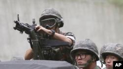 Tentara Korea Selatan tengah berlatih menggunakan senapan mesinnya dalam pelatihan anti-teror di Seoul (Foto: dok). Kementerian Pertahanan Korea Selatan, Selasa (3/2), mengeksekusi seorang tentaranya karena membunuh lima rekannya dalam sebuah tembakan mengamuk tahun lalu.