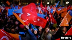 Người ủng hộ ăn mừng bên ngoài trụ sở Đảng AK ở Ankara, Thổ Nhĩ Kỳ, ngày 1 tháng 11, 2015.