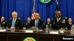 Presiden AS Barack Obama mendengarkan pemaparan militer AS di Pusat Komando di Pangkalan Angkatan Udara MacDill di Tampa, Florida, Rabu (17/9).
