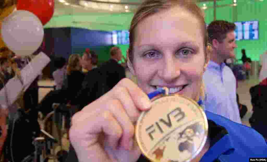 美國女排隊長迪辰展示金牌(美國之音國符拍攝)