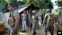 Tentara Sri Lanka melakukan operasi pencarian terhadap pemberontak Harimau Tamil di Jaffna, Sri Lanka. (Foto: Dok)