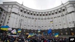 Vazirlar mahkamasi binosi yonida namoyishlar, Kiyev, Ukraina, 2-dekabr, 2013-yil