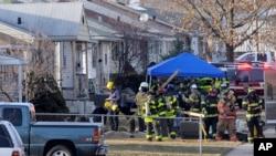 Oficiales de la policía y los bomberos examinan el sitio donde cayó un avión privado, cerca del aeropuerto regional de South Bend, en Indiana.