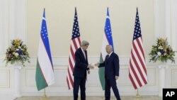 美国国务卿克里和乌兹别克斯坦总统伊斯兰·卡里握手(2015年11月1日)