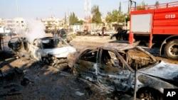 Hình ảnh của hãng thông tấn chính thức SANA cho thấy những chiếc xe ô tô bị phá hủy sau vụ nổ vào một trường đại học ở Aleppo, Syria, 15/1/2013.