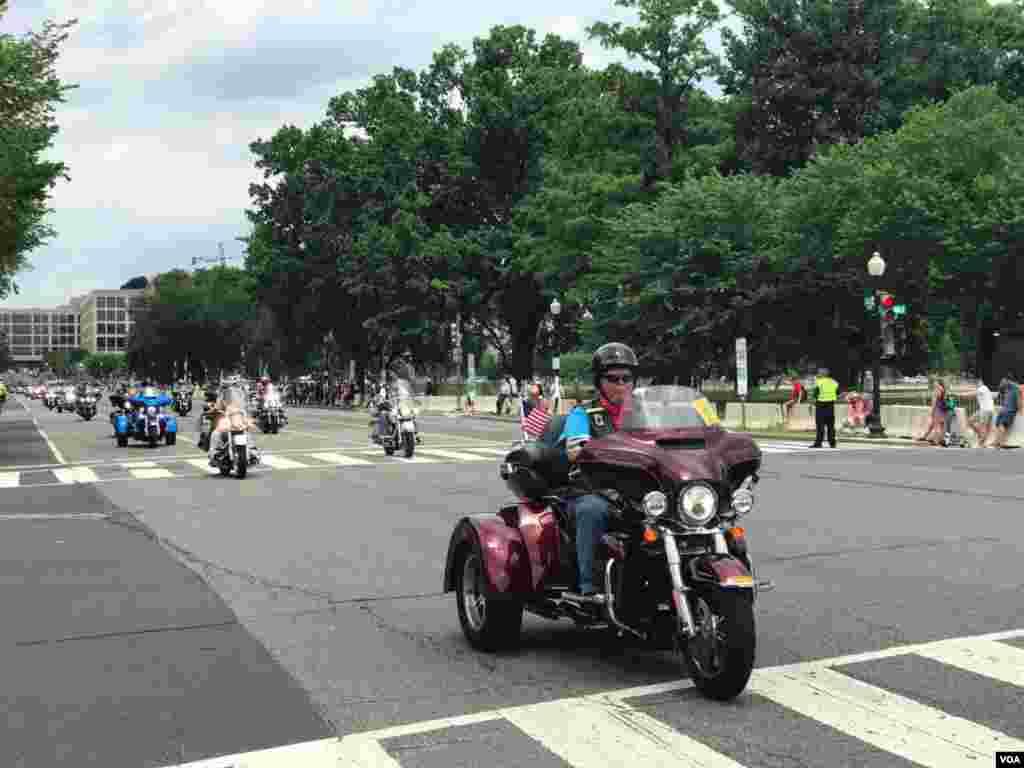 رژه موتورسواران موسوم به «غرش صاعقه» در واشنگتن اولین رژه موتورسواران در واشنگتن در سال ۱۹۸۷ با خواست روشن شدن وضعیت نیروهای آمریکایی مفقود الاثر در جنگ ویتنام آغاز شد با این تصور که در اسارت هستند.