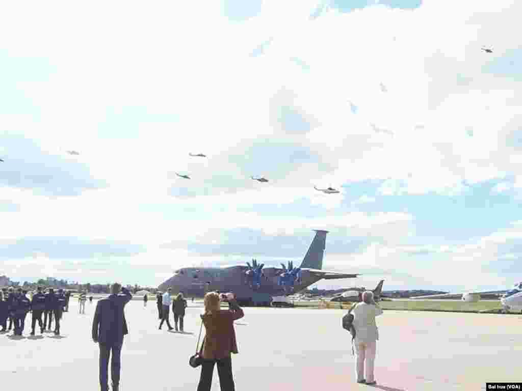 莫斯科航展上的飞行表演。停机坪上的是俄罗斯和乌克兰联合研制的安-70军事运输机(美国之音白桦拍摄)