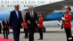 Le secrétaire d'État américain John Kerry, à gauche, avec le ministre des affaires étrangères Mikheil Janelidze à l'aéroport international Tbilisi, Georgie, le 6 juillet 2016.