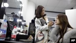 23歲的張琪格準備從上海的一處網絡演播室開始她的視頻直播。(2016年2月19日)