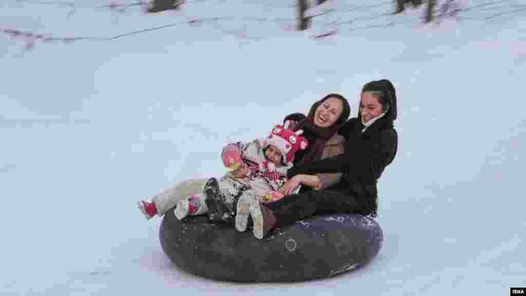سوار شدن روی تیوب لاستیکی، یکی از تفریحات همدانی ها در روزهای برفی است. عکس: پوریا پاکیزه، ایسنا
