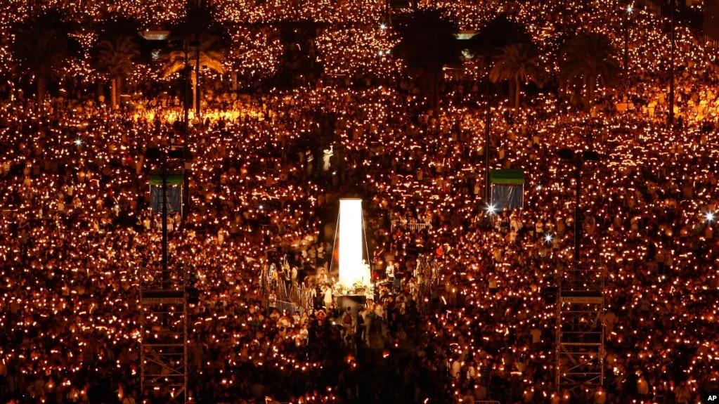 資料照:在六四天安門鎮壓事件20週年之際,數万人在香港維多利亞公園舉行燭光守夜活動,悼念死難者。 (2009年6月4日)