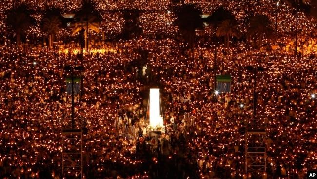 资料照:在六四天安门镇压事件20周年之际,数万人在香港维多利亚公园举行烛光守夜活动,悼念死难者。(2009年6月4日)